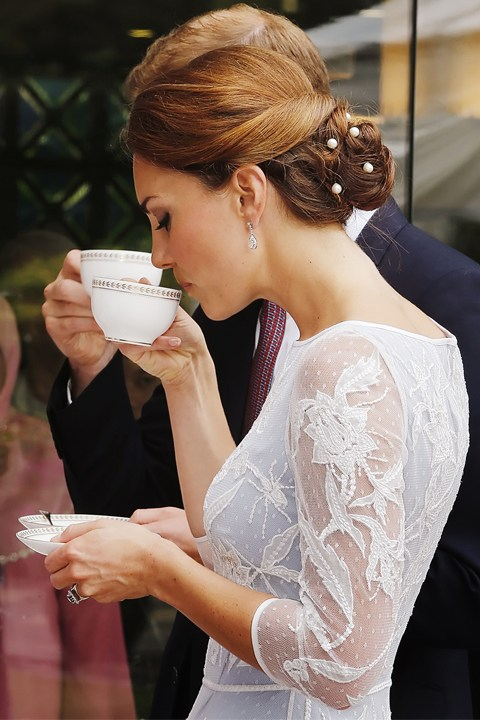 kate-middleton-wedding-hair-inspiration-_0005_how-to-drink-tea-like-a-royal