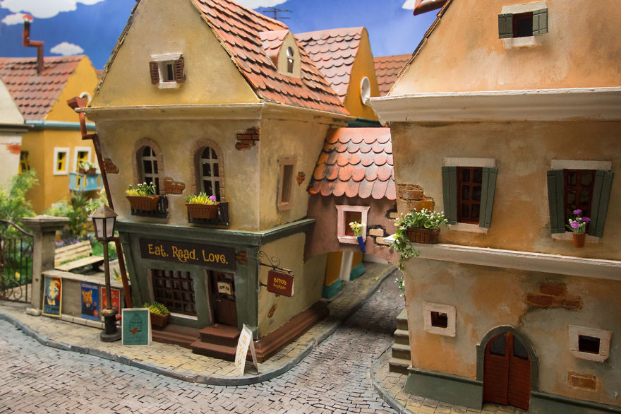 Crafted-miniature-town-for-HUNGRY-HUNGRY-HAMSTERS-online-series-5935cec0b12e8__880